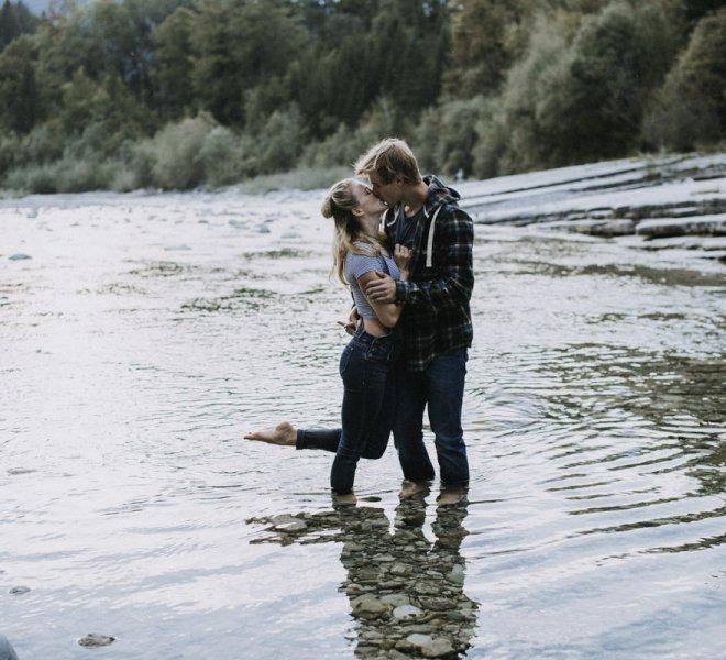 21Verlobungsfotografie-Salzburg-Fluss-Wasser-13