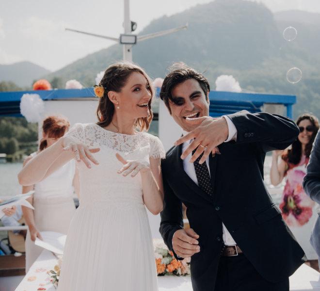 Hochzeitsfotografie-Salzburg-freie Trauung Boot-traunsee-liberty-just married-freie trauung-lebendig