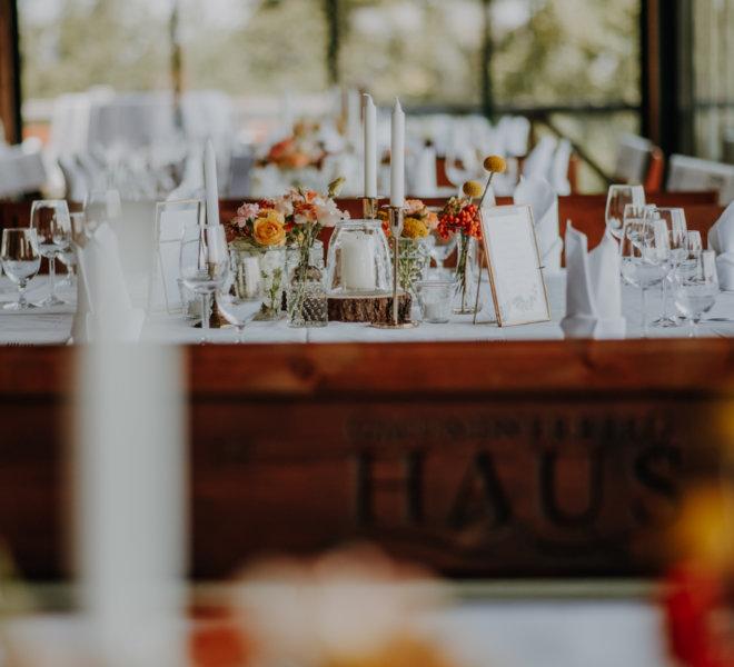 Hochzeitsfotografie-Salzburg-gmundner berghaus-dekoration-orange.gelb-herbstlich