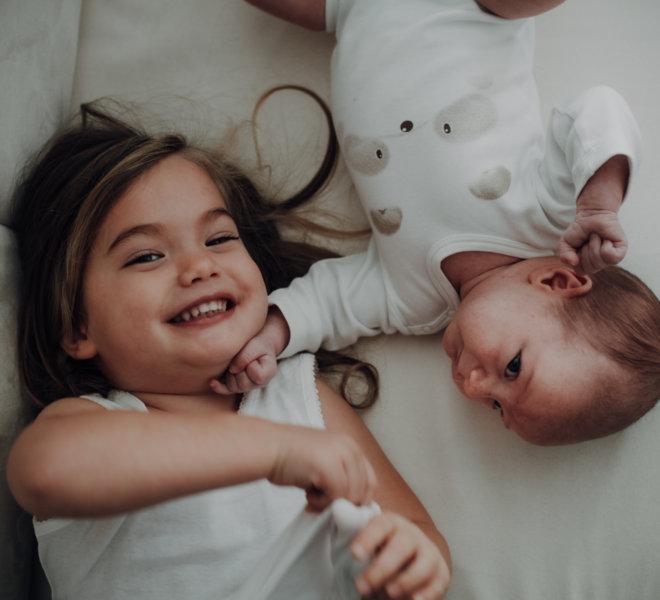 babyfotografie-exklusiv-alternativ-modern-autentisch-Salzburg-kinder-kreatives babyshooting-geschwister
