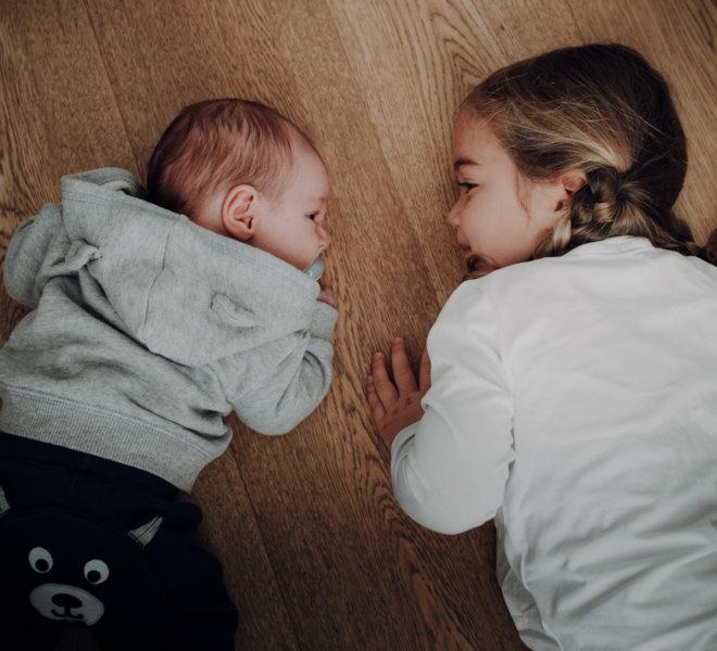 babyfotografie-exklusiv-alternativ-modern-autentisch-Salzburg-kinder-kreatives babyshooting-geschwister2
