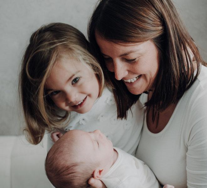 babyfotografie-exklusiv-alternativ-modern-autentisch-Salzburg-kinder-kreatives babyshooting-mama mit Kindern