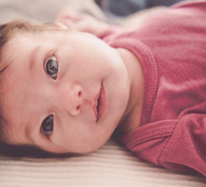 babyfotografie-exklusiv-alternativ-modern-autentisch-Salzburg-kinder-kreatives babyshooting-wunderschoene augen