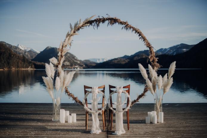 Heiraten im Winter. Seehochzeit im Salzkammergut. Blautöne, Rauchbomben, Hochzeitsfotografie, Elopement, Durchbrennen, freie Trauunf