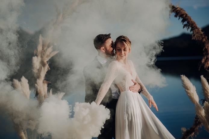 Heiraten im Winter. Seehochzeit im Salzkammergut. rauchbomben, weisser rauch, Blautöne, Rauchbomben, Hochzeitsfotografie, Elopement, Durchbrennen, freie Trauunf
