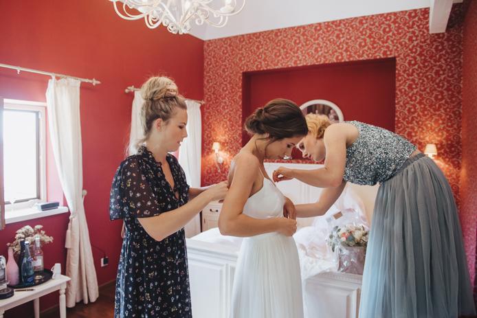 Hochzeitsfotografie am Ansitz Wartenfels. Momentaufnahmen, Hochzeitsreportage, getting ready, kirchliche Trauung, Feier © Claudia Weaver