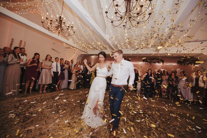 Hochzeitsfotografie am Ansitz Wartenfels. Momentaufnahmen, Hochzeitsreportage, getting ready, kirchliche Trauung, Feier, Brautpaar Shooting © Claudia Weaver
